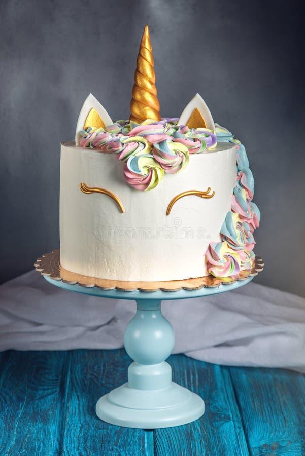 Beau gâteau lumineux décoré sous forme de licorne d'imagination Concept d'un dessert de fête pour l'anniversaire d'enfants photographie stock
