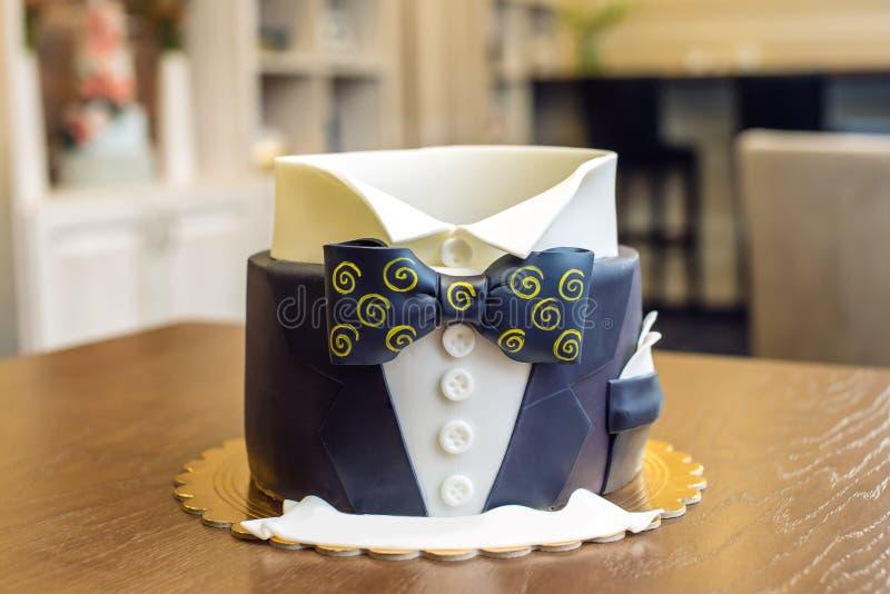Beau gâteau pour les hommes, décoré sous forme de costume avec un noeud papillon Concept des desserts pour le garçon d'anniversai photos stock