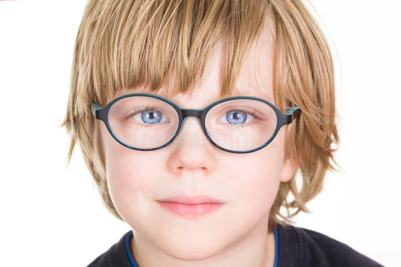 Beau garçon avec des verres photographie stock libre de droits