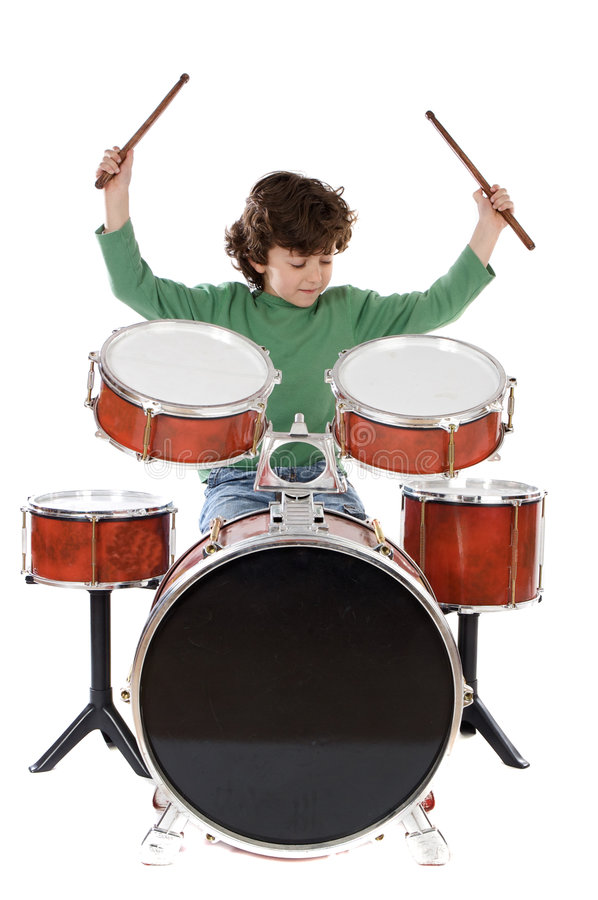 Beau garçon jouant les tambours photo libre de droits