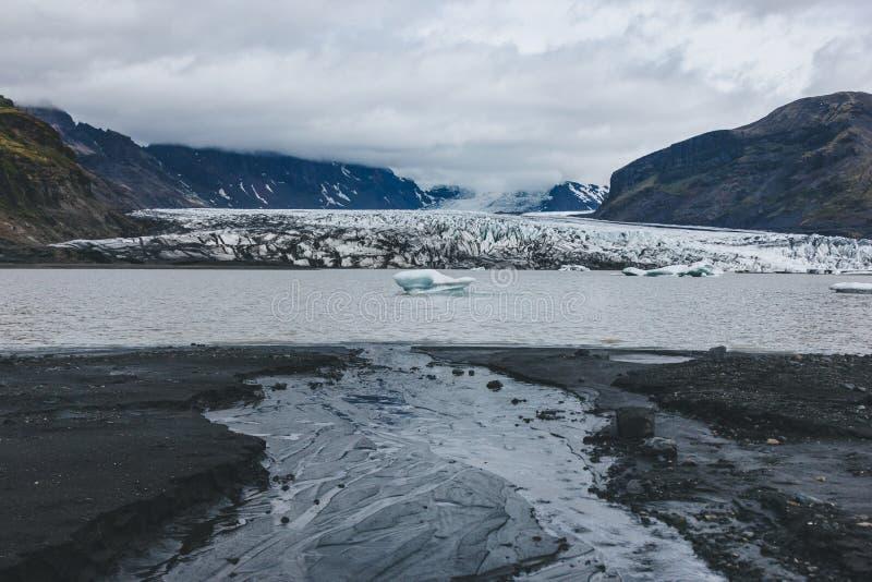 beau glacier Skaftafellsjkull et montagnes neigeuses contre le ciel nuageux en parc national de Skaftafell photo libre de droits
