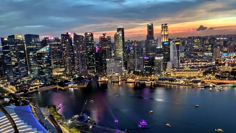 Beau gratte-ciel la nuit, Singapour image libre de droits