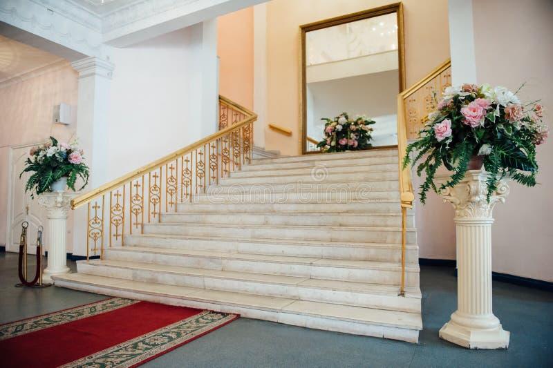 Beau grenier moderne, vue d'escalier photo stock