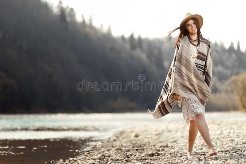Beau hippie de femme marchant sur la plage de rivière en montagnes, hav photos libres de droits