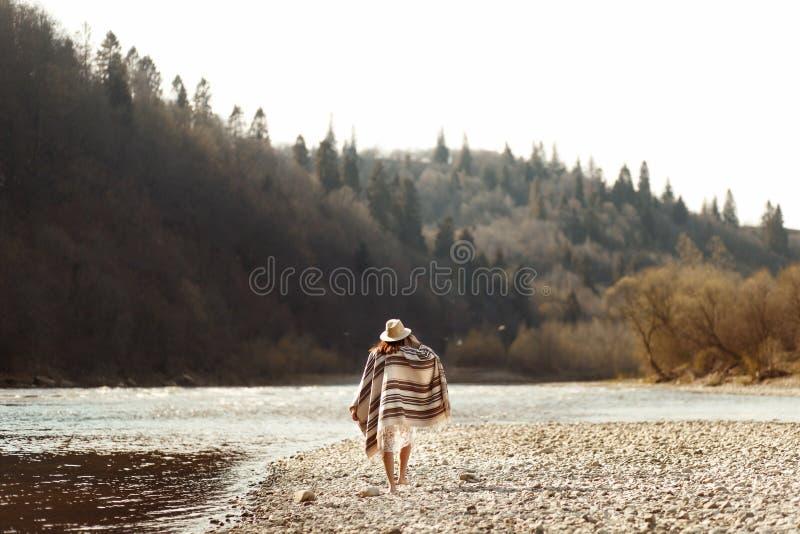 Beau hippie de femme marchant sur la plage de rivière en montagnes, usage photo libre de droits
