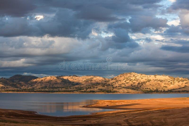 Beau Hume Lake parmi les collines victoriennes de campagne photo stock