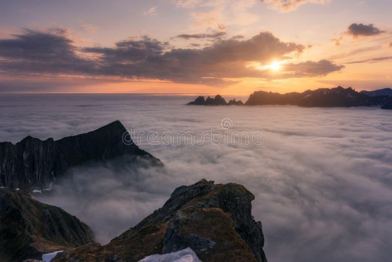 Beau, idyllique Senja est le ` s de la Norvège Mer brumeuse image libre de droits