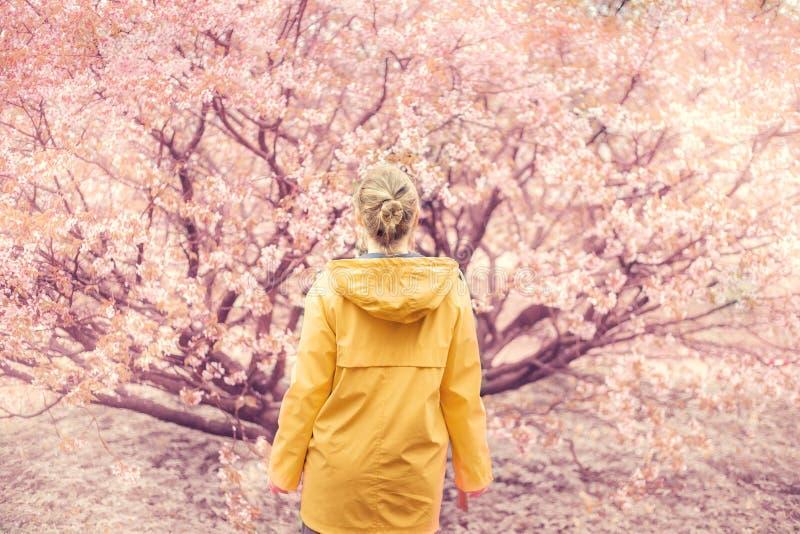 Beau jardin blond de fille au printemps photographie stock libre de droits