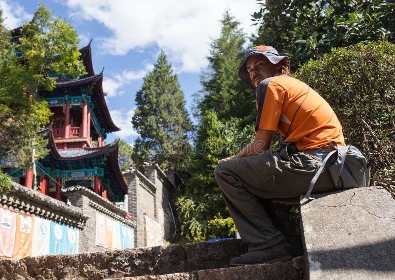 Beau jardin chinois avec un étang photo libre de droits