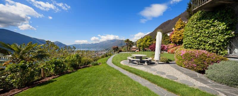 Beau jardin d'une villa photos libres de droits