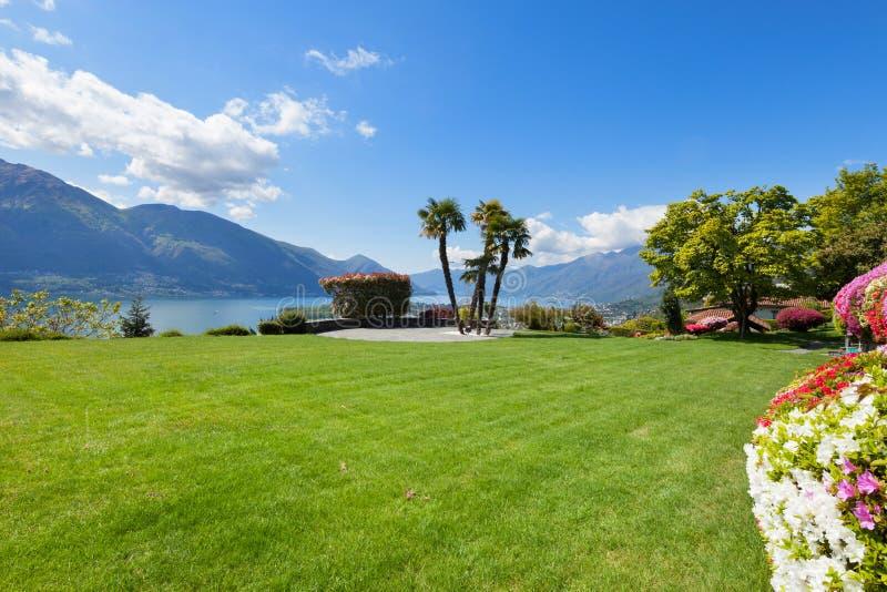 Beau jardin d'une villa photographie stock libre de droits