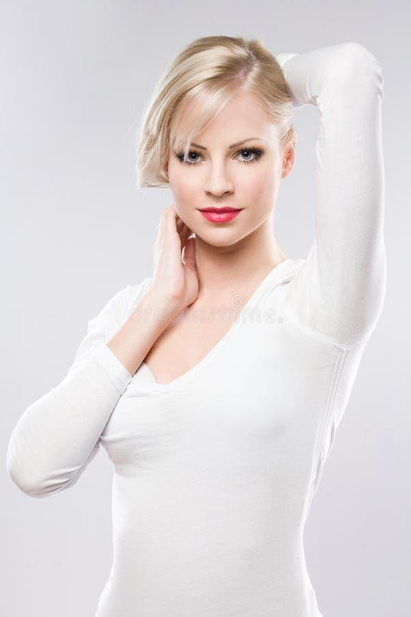 Beau jeune blond dans le renivellement élégant. images libres de droits