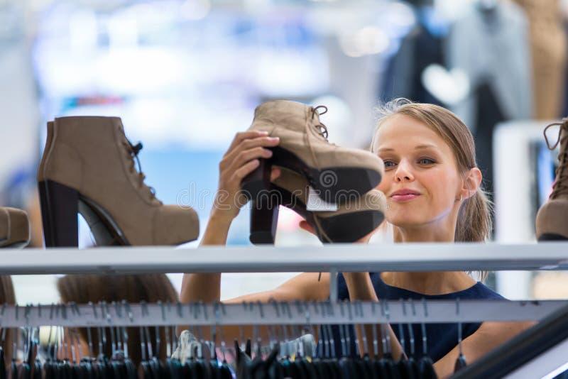 Beau jeune client féminin dans un magasin d'habillement image stock