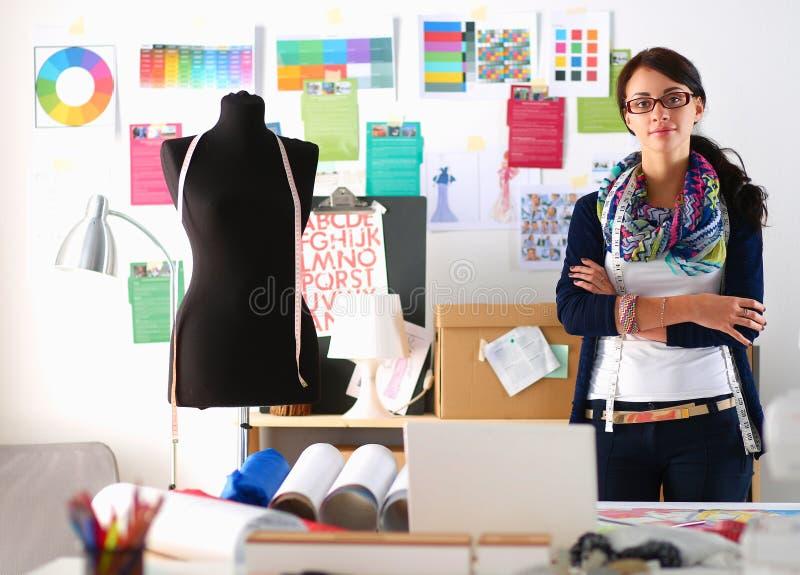 Download Beau Jeune Couturier Se Tenant Dans Le Studio Image stock - Image du couture, bureau: 87701207