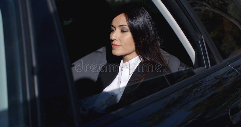 Beau jeune exécutif s'asseyant dans la limousine photos stock