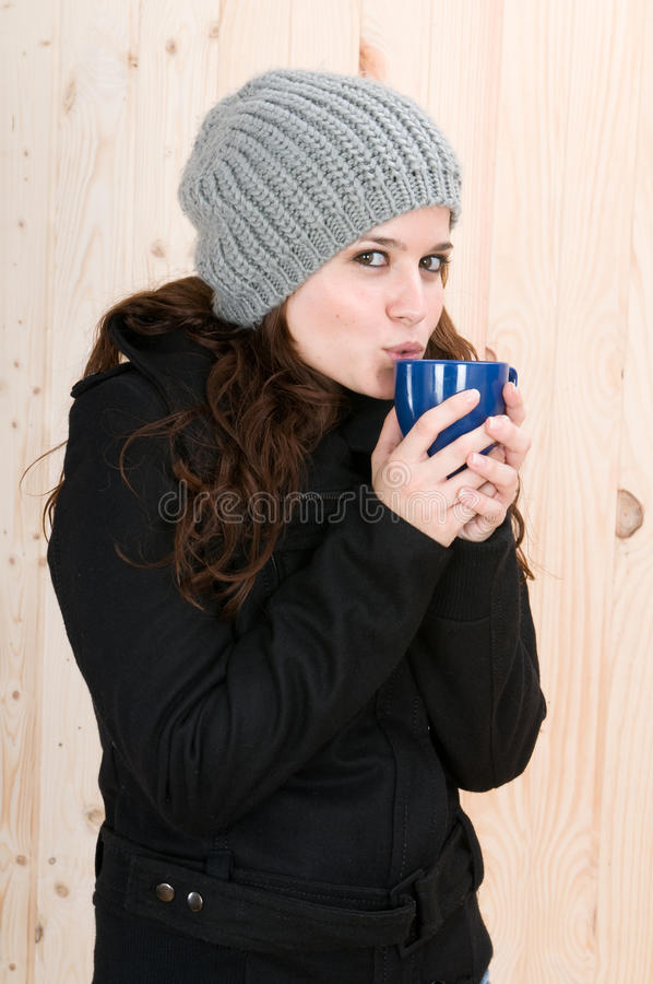 Beau jeune femme avec des vêtements de l'hiver photographie stock libre de droits
