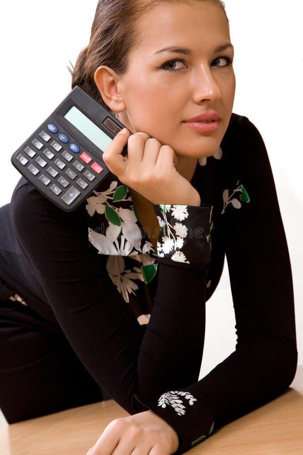 Beau jeune femme avec la calculatrice image libre de droits