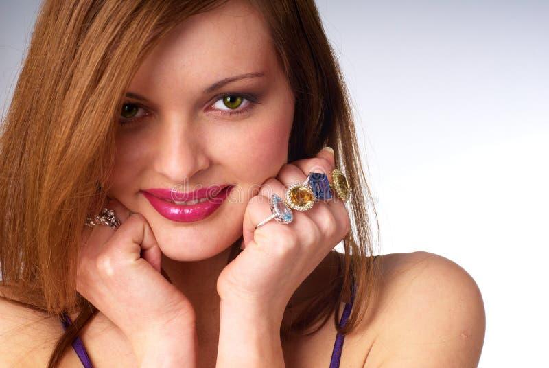 Beau jeune femme avec le bijou de luxe images stock