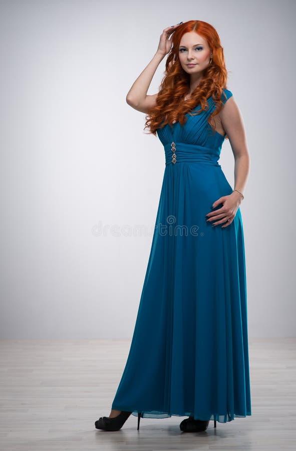 Beau jeune femme avec le cheveu rouge image stock