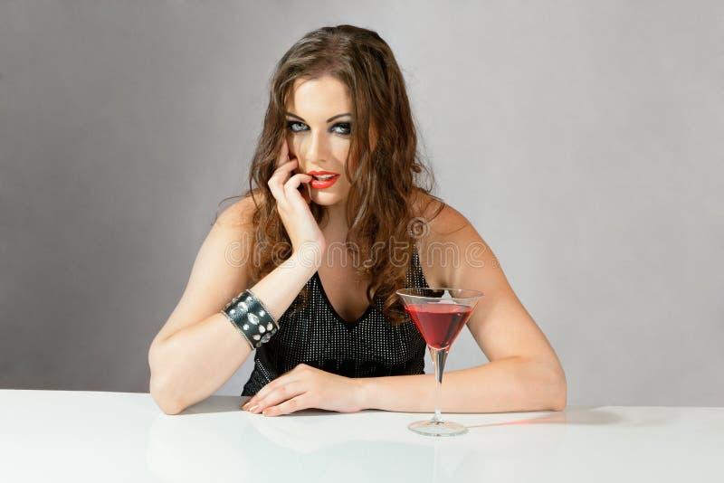 Beau jeune femme avec le cocktail images stock