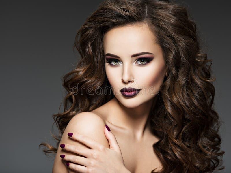 Beau jeune femme avec le long cheveu photographie stock