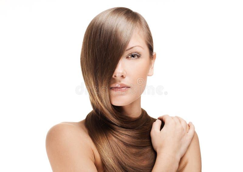 Beau jeune femme avec le long cheveu brillant photos stock