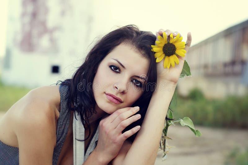 Beau jeune femme avec le tournesol photo stock
