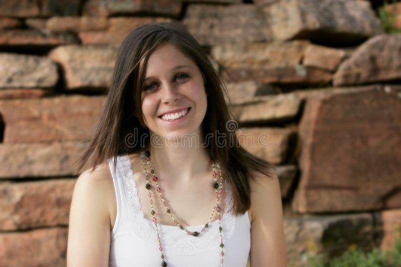 Beau jeune femme avec un grand sourire images stock