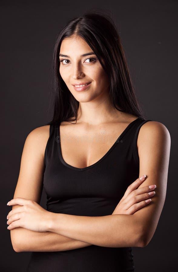 Beau jeune femme contre le noir image libre de droits