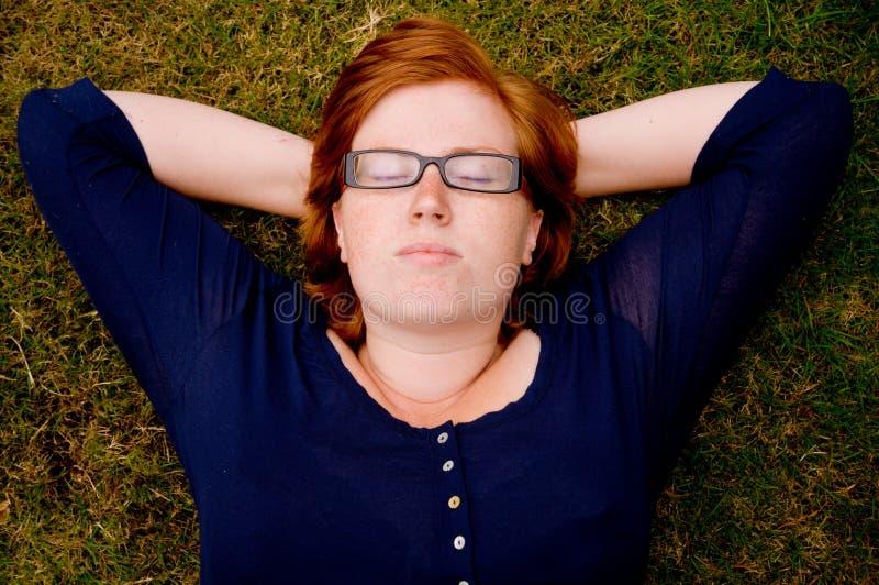 Beau jeune femme détendant à l'extérieur photographie stock