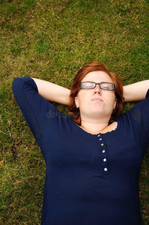 Beau jeune femme détendant à l'extérieur photo stock