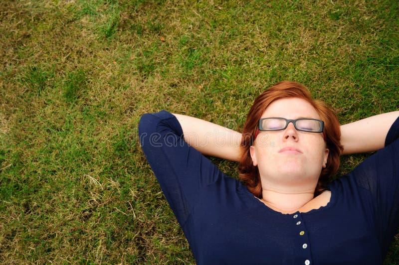 Beau jeune femme détendant à l'extérieur photos stock