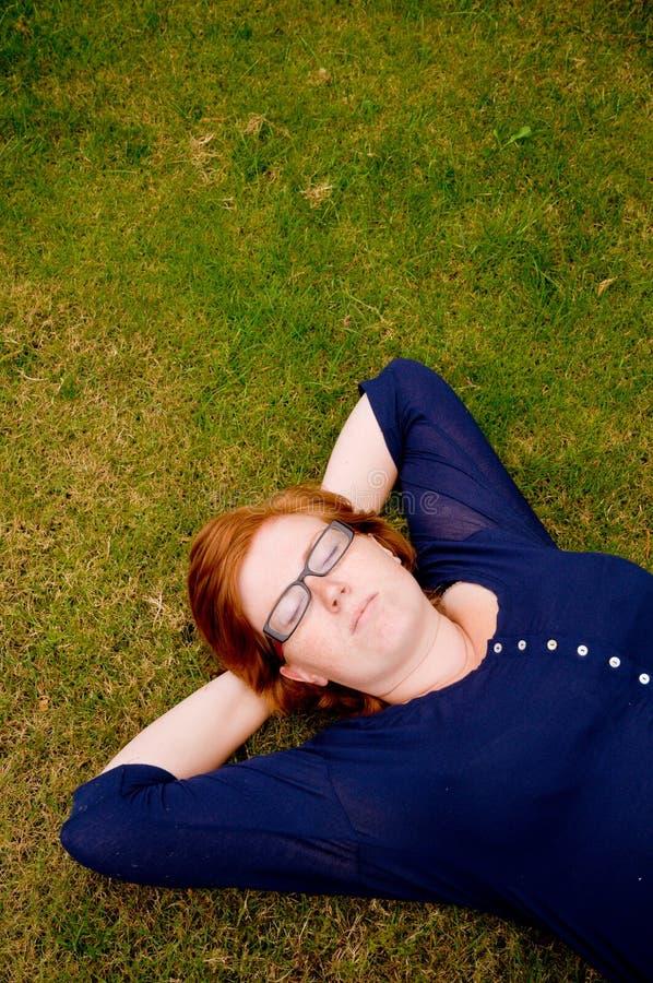 Beau jeune femme détendant à l'extérieur photographie stock libre de droits