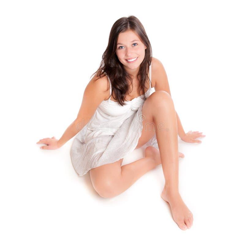 Beau jeune femme dans la jupe courte et le dessus blanc photographie stock