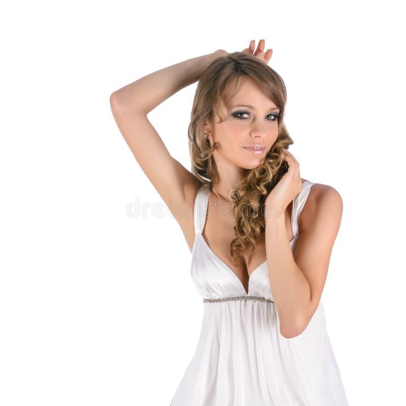 Beau jeune femme dans la robe blanche photo stock