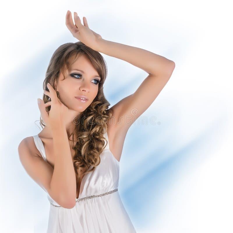 Beau jeune femme dans la robe blanche photos stock