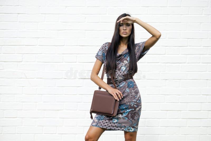 Beau jeune femme dans la robe colorée image stock