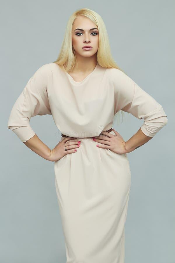 Beau jeune femme dans la robe d'été Fille blonde sexy de mode photographie stock
