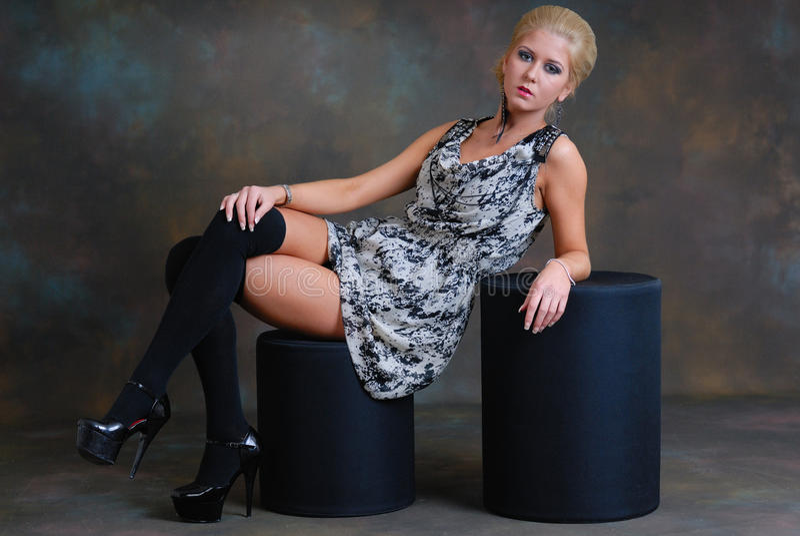 Beau jeune femme dans la robe et les bas photo libre de droits