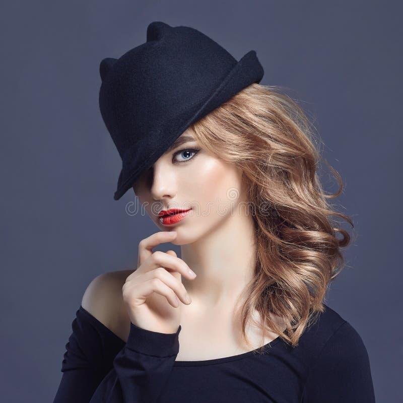 Beau jeune femme dans le chapeau images stock