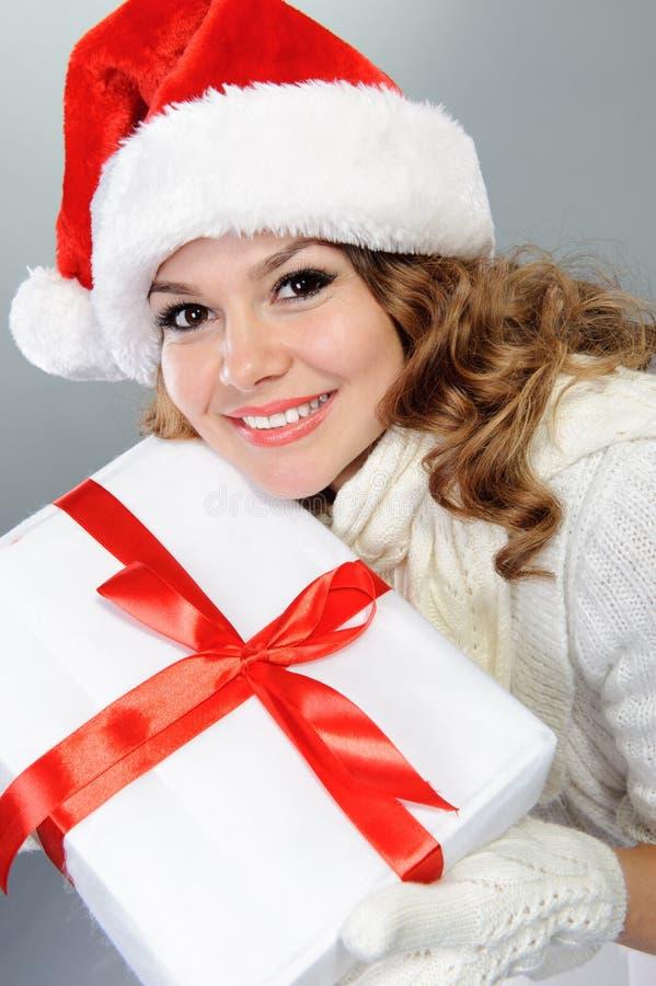 Beau jeune femme dans le chapeau de Santa image stock