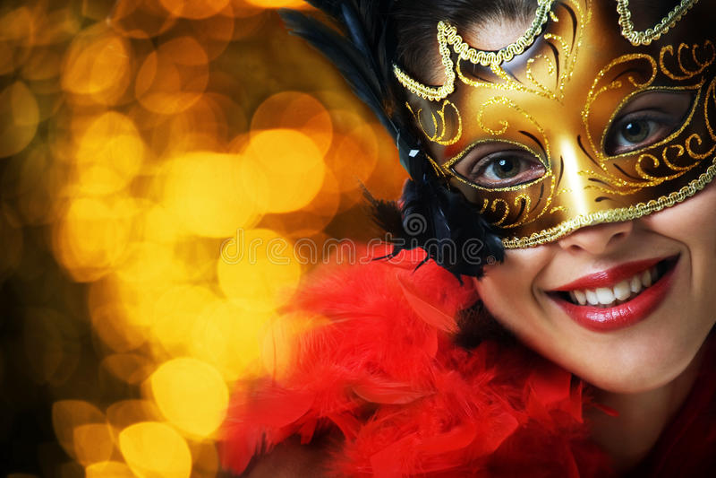Beau jeune femme dans le masque de carnaval photos stock