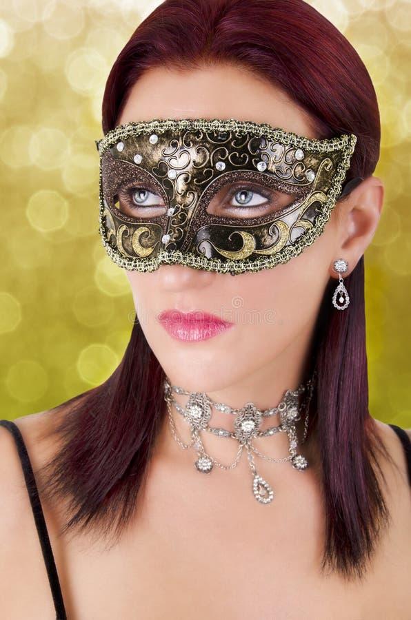 Beau jeune femme dans le masque de carnaval photographie stock