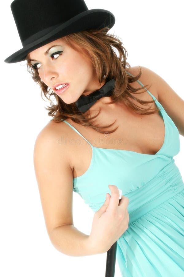 Beau jeune femme dans le premier chapeau et la relation étroite de proue photographie stock libre de droits