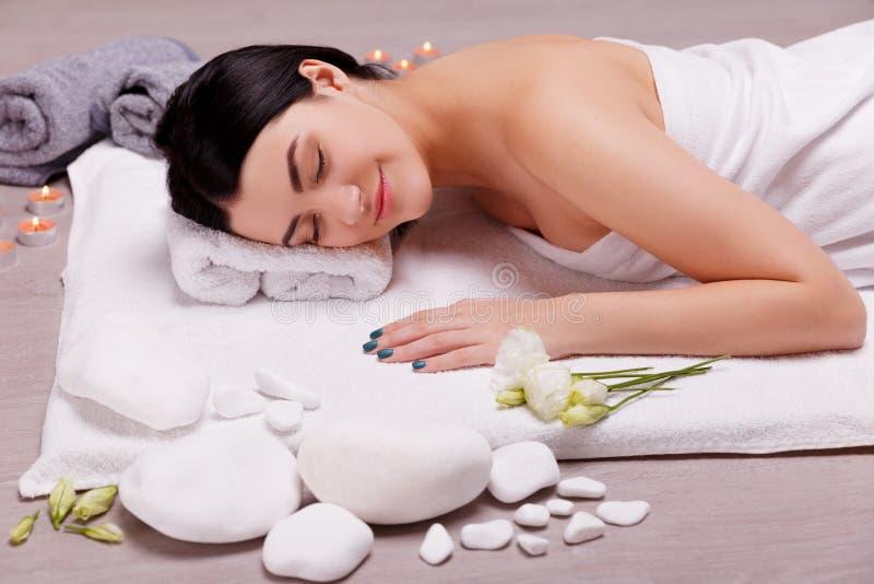 Beau, jeune femme dans le salon de station thermale Traitement de massage photos libres de droits