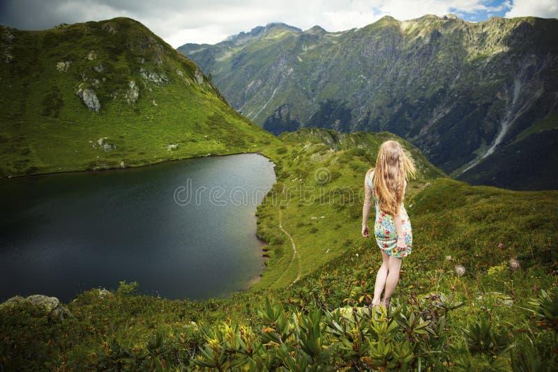 Beau jeune femme dans les montagnes images stock