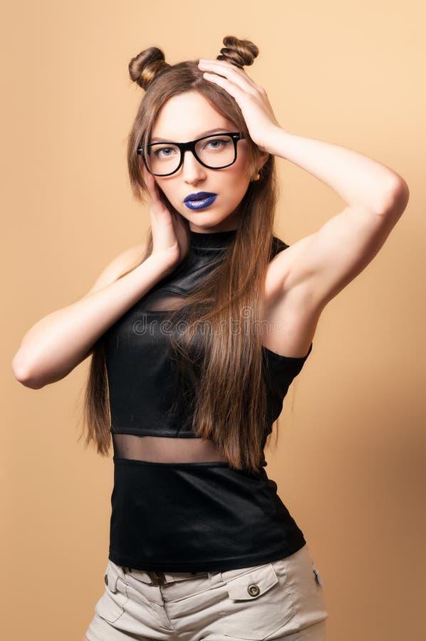 Beau jeune femme en glaces image libre de droits