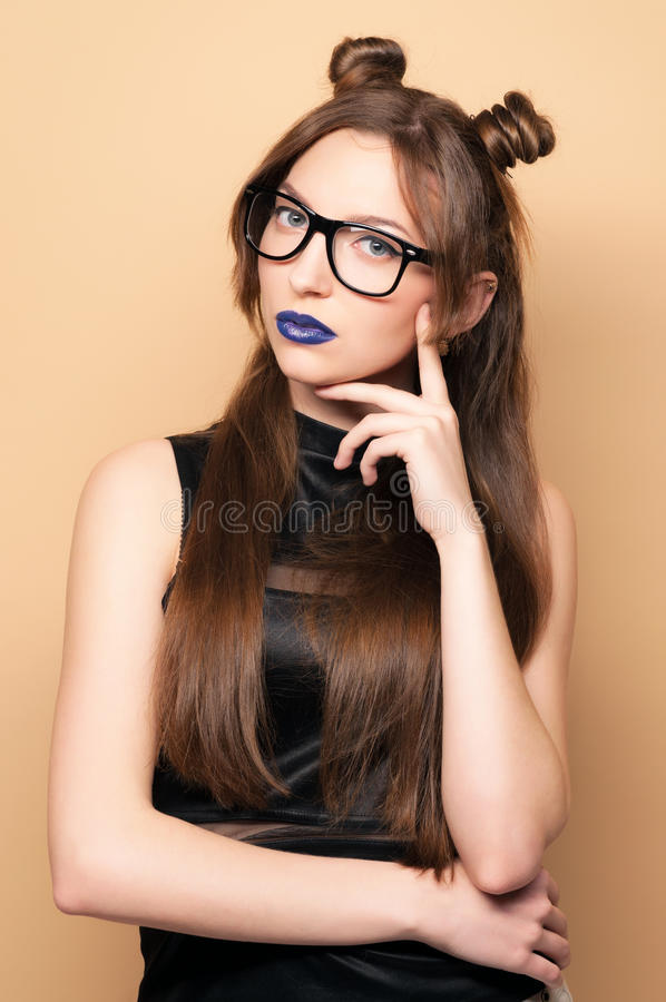 Beau jeune femme en glaces image stock