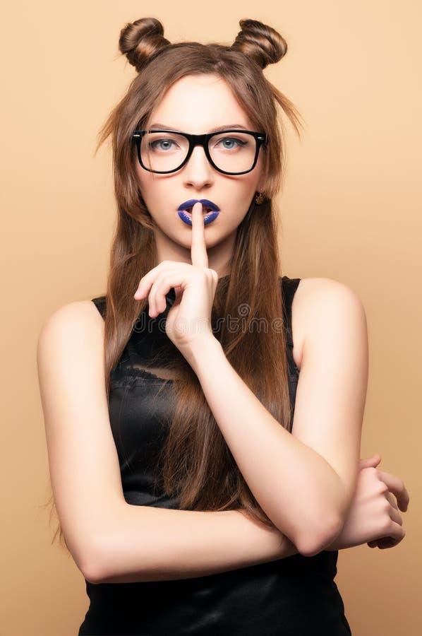 Beau jeune femme en glaces photos stock