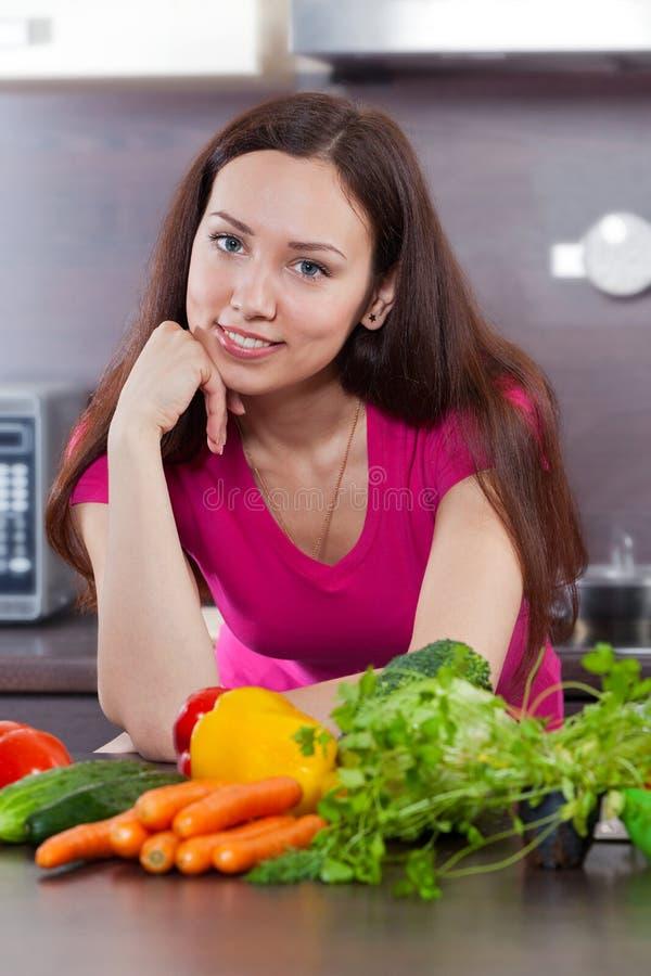 Jeune femme et légumes photographie stock